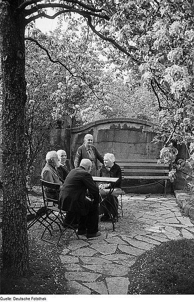387px-Fotothek_df_roe-neg_0006278_020_Alte_Menschen_an_einem_Tisch_im_Garten
