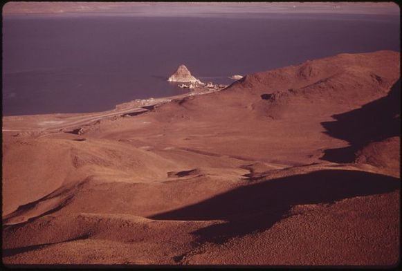 640px-PYRAMID_LAKE,_LARGEST_NATURAL_LAKE_IN_NEVADA,_LIES_WITHIN_THE_PYRAMID_LAKE_INDIAN_RESERVATION._THE_ISLAND_FOR_WHICH..._-_NARA_-_552888
