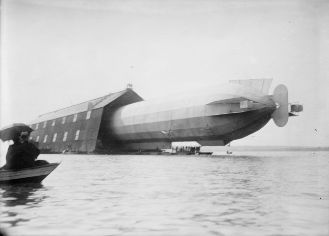 Flickr_-_…trialsanderrors_-_Zeppelin_LZ-5_before_launch,_Manzell,_Lake_Constance,_Germany,_1909