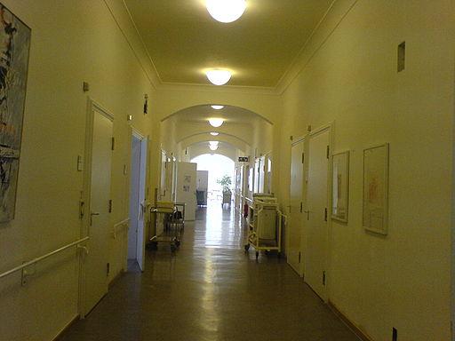 512px-Krankenhausflur_-_Chirurgische_Klinik_und_Poliklinik_der_LMU
